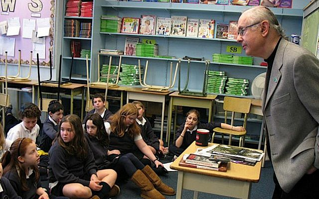 Robbie Waisman speaking to students at Vancouver Talmud Torah School in 2008. (Vancouver Holocaust Education Center)