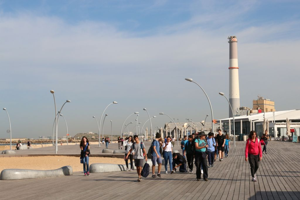 The Tel Aviv Port promenade (Shmuel Bar-Am)