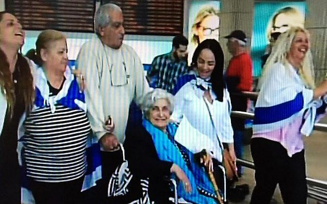 Rachel Elkayam with her family at Ben Gurion Airport, December 2015 (Channel 2 screenshot)