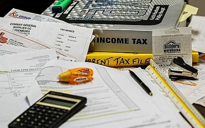 Doing taxes (Pixabay)