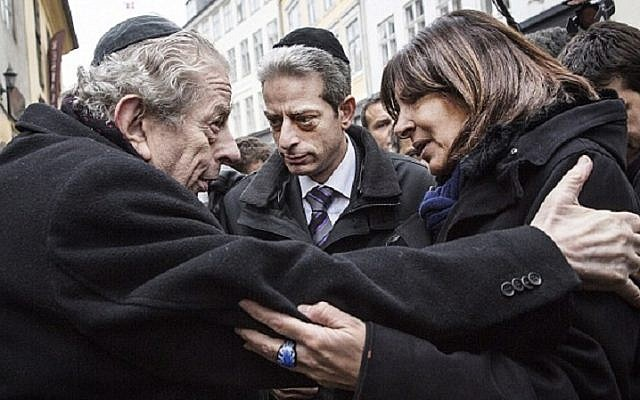 Former chief rabbi of Denmark Bent Melchior (left) with Paris Mayor Anne Hidalgo (right) and French Chief Rabbi Moise Lewin at the site of a terror attack outside a Copenhagen synagogue, Monday, February 16, 2015. (Stine Bidstrup | Polfoto via The Associated Press)