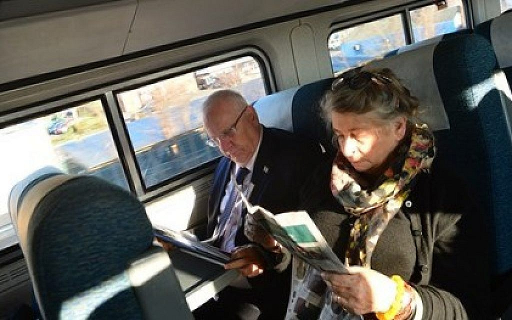 Israeli President Reuven Rivlin and his wife Nechama Rivlin making their way from New York to Washington, DC to meet with US President Barack Obama on Tuesday, December 8 2015. (GPO)