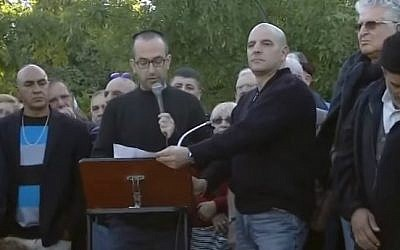 Yishai Sarid, son of former Meretz party head Yossi Sarid, speaks at his father's funeral, December 6, 2015. (YouTube screen grab)