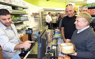Jewish Agency chairman Natan Sharansky shops at the new Tzarchaniyat Ha'Ir (CityMart) food co-op in Sderot, Dec. 21, 2015. (David Shechter for The Jewish Agency for Israel.)