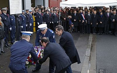 French President Francois Hollande (2nd R) and mayor of Montrouge Jean-Loup Metton (R) lay a wreath of flowers honoring late policewoman Clarissa Jean-Philippe in Montrouge south of Paris, on January 9, 2016. (AFP/POOL/Michel Euler)