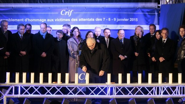 Crif's president Roger Cukierman lights candles on January 9, 2016 near the Hyper Cacher (AFP / POOL / JACQUES DEMARTHON)
