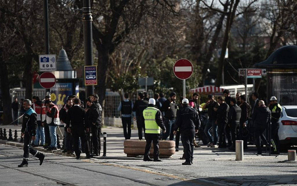 Turkish police block access to the Blue Mosque area on January 12, 2016 after a blast in Istanbul's tourist hub of Sultanahmet left 10 people dead. (AFP/OZAN KOSE)