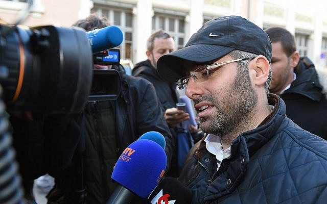 Benjamin Amsellem (R), a Jewish teacher stabbed the day before by a 15-year-old with a machete, speaks to the press as he leaves the main police headquarters in Marseille, southeastern France, on January 12, 2016. (AFP / BORIS HORVAT)