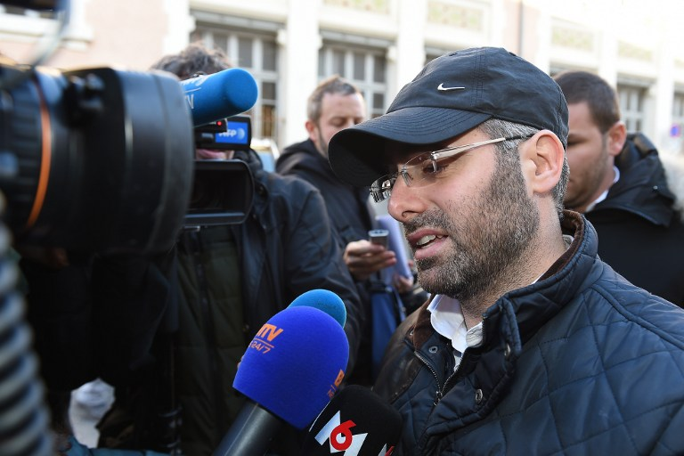 Binyamin Amsalem (R), a Jewish teacher stabbed the day before by a 15-year-old with a machete, speaks to the press as he leaves the main police headquarters in Marseille, southeastern France, on January 12, 2016. (AFP / BORIS HORVAT)