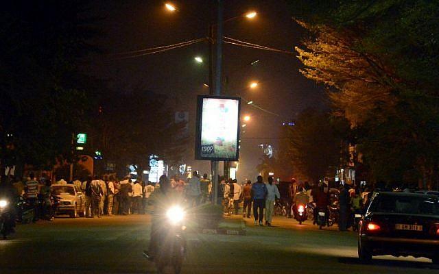 People gather on Kwame Nkruma avenue near Hotel Splendid where the attackers remain with sporadic gunfire continuing in Burkina Faso's capital Ouagadougou on January 15, 2016. (AFP / AHMED OUOBA)