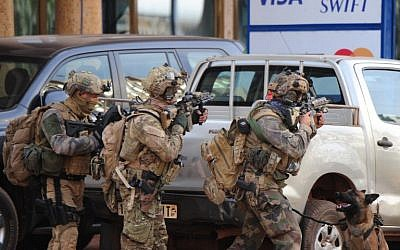 French special forces take position in the surroundings of the Splendid hotel following an attack by al-Qaeda linked gunmen on January 16, 2016 in Ouagadougou. (AFP/OUOBA_AHMED)