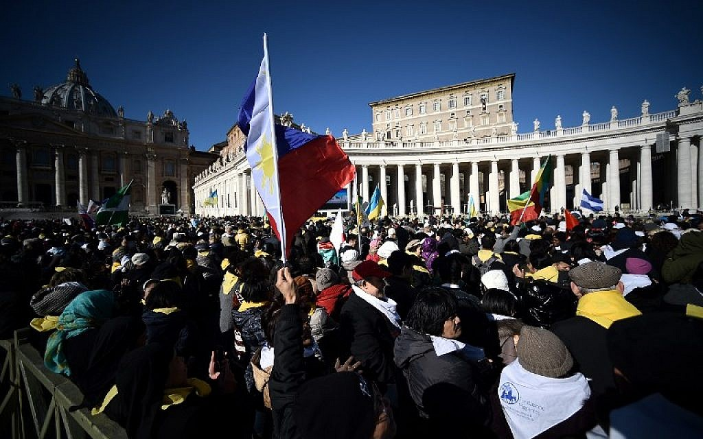 Migrants gather in St Peter's Square at the Vatican to follow Pope Francis Sunday Angelus prayer part of the International Migrants Day on January 17, 2016.    (AFP / FILIPPO MONTEFORTE)