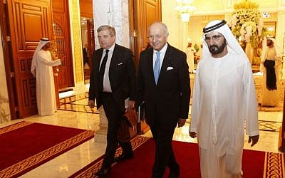 UAE vice president and Prime Minister, Sheikh Mohammed bin Rashid al-Maktoum (R), meets with French Foreign Minister Laurent Fabius (C) at his palace in Dubai on January 18, 2016. (AFP / KARIM SAHIB)