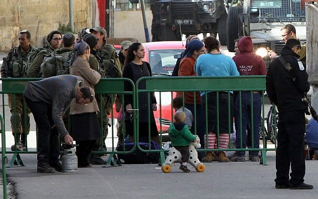 Jewish settlers gather their belongings as dozens are evacuated by Israeli security forces from two homes in the heart of the West Bank city of Hebron on January 22, 2016 (AFP/HAZEM BADER)