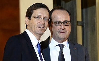 French President Francois Hollande (R) stands next to opposition Zionist Union party leader Isaac Herzog after a meeting at the Elysee palace on January 22, 2016 in Paris. (AFP / ERIC FEFERBERG)