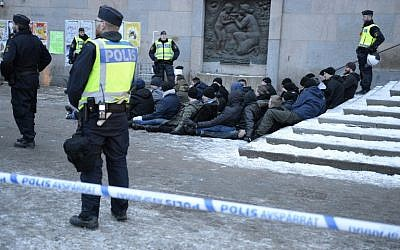 Swedish police surrounds an arrested group of neo-Nazis that staged an unannounced rally in Stockholm following a brawl on January 23, 2016. (AFP/TT NEWS AGENCY/Jessica Gow)