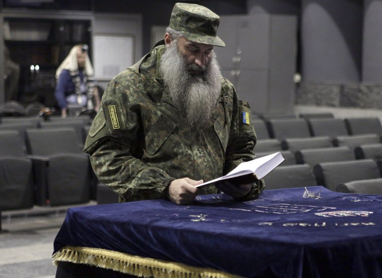 Asher Cherkassky reading a book in Dnipropetrovsk central synagogue on November 11, 2015 (Anatoli Stepanov/AFP).