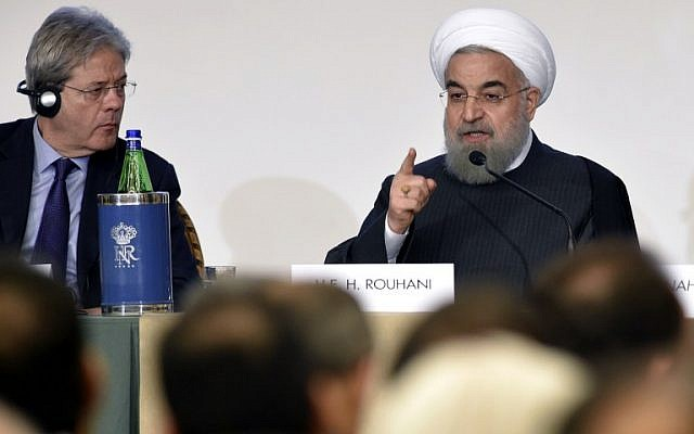 Iranian President Hassan Rouhani, right, gestures next to Italy's Foreign Minister Paolo Gentiloni as they attend an Iran-Italy business forum in Rome on January 26, 2016. (AFP / ANDREAS SOLARO)