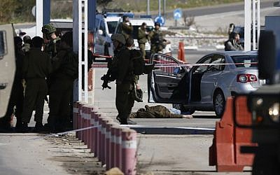 Security forces at the scene of a shooting attack at a checkpoint near the Beit El settlement in the West Bank, Sunday, January 31, 2016. (AFP/Abbas Momani)