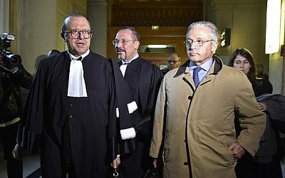 Franco-American art-dealer Guy Wildenstein (right), and his lawyers leave the Paris courthouse on January 4, 2016, after the first day in the trial of several members of the Wildenstein art-dealing dynasty on charges of tax fraud and money-laundering. (AFP/Alain Jocard)