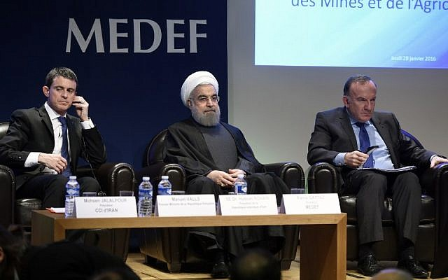 Iranian President Hassan Rouhani, center  sits next French Prime Minister Manuel Valls, left, and Head of French employers association Medef head Pierre Gattaz during a meeting at the MEDEF headquarters in Paris, January 28, 2016. (AFP/ERIC FEFERBERG)