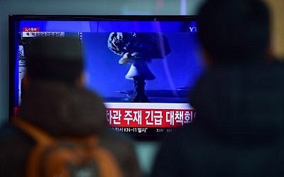 People watch a news report on North Korea's purported first hydrogen bomb test at a railroad station in Seoul on January 6, 2016. (AFP Photo/Jung Yeon-Je)