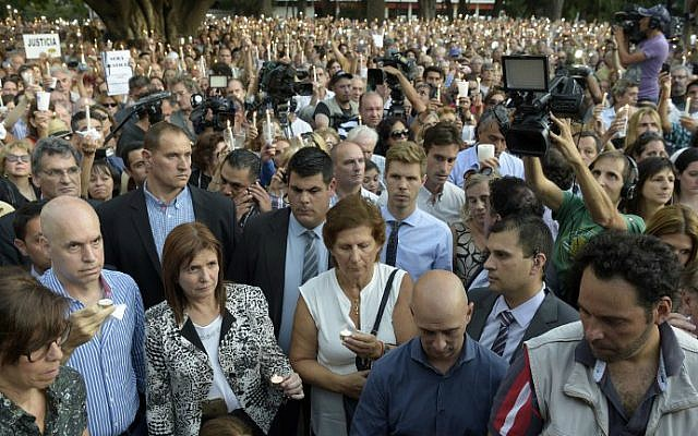 Crowds gather around Sara Garfunkel (C), mother of late Argentinian prosecutor Alberto Nisman, as she holds a candle during a vigil on the first anniversary of her son's mysterious death in Buenos Aires, on January 18, 2016. (AFP Photo/Eitan Abramovich)