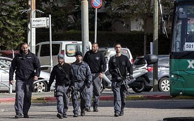 Israeli security forces conduct a search in the city of Herzliya on January 5, 2016, during a manhunt for the suspected gunman who killed three people in Tel Aviv last week. (AFP PHOTO/JACK GUEZ)