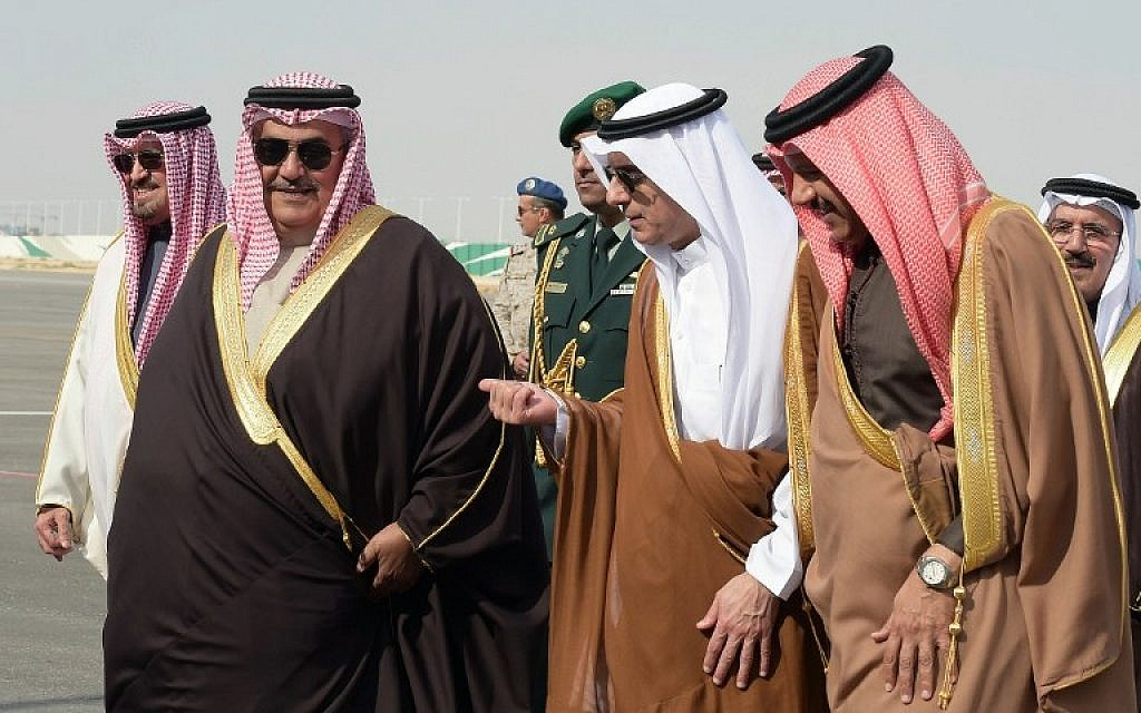 Saudi Minister of Foreign Affairs Adel al-Jubeir (center right) welcomes his Bahraini counterpart Khalid Bin Ahmad al-Khalifa (center left) and Gulf Cooperation Council Secretary General Abdullatif bin Rashid Al-Zayani of Bahrain (far right) upon their arrival for a Gulf Cooperation Council (GCC) extraordinary meeting in the Saudi capital Riyadh, January 9, 2016. (AFP/Ahmed Farwan)