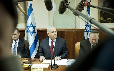 Prime Minister Benjamin Netanyahu (center) chairs the weekly cabinet meeting at his office in Jerusalem, on January 17, 2016. (AFP/Dan Balilty/Pool)