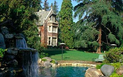 The Playboy Mansion, viewed from the east waterfall, April 2011. (Wikipedia/Dirsmith1/CC BY-SA 4.0)