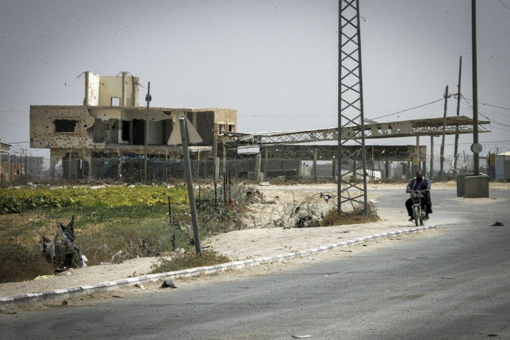 Kerem Shalom crossing seen closed from the Gazan side in the southern Gaza Strip, June 7, 2015. (Abed Rahim Khatib/Flash 90)