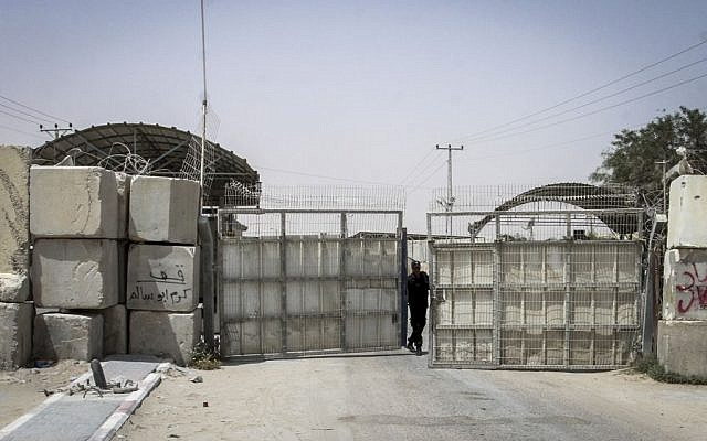 Kerem Shalom crossing seen closed from the Gazan side in the southern Gaza Strip, June 7, 2015. (Abed Rahim Khatib/Flash90)