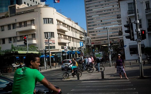 Israelis stand across from the French Institute on Rothschild Boulevard in Tel Aviv on June 15, 2015. (Miriam Alster/Flash 90)