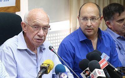 Mega supermarket chairman Avigdor Kaplan, left, with Histadrut Labor Federation chief Avi Nissenkorn, June 21, 2015. (Flash90)