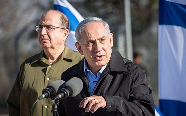 Prime Minister Benjamin Netanyahu, right, and Defense Minister Moshe Ya'alon, November 23, 2015. (Emil Salman/Pool)