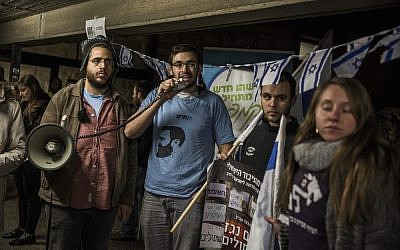 Right-wing activists protest at Jerusalem's Hebrew University against the Israeli group Breaking the Silence on December 22, 2015 (Hadas Parush/Flash90)