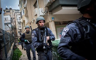 Israeli security forces search for the gunman who shot Israeli civilians at a pub in central Tel Aviv on Friday, January 1, 2016. (Miriam Alster/Flash90)