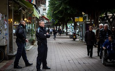 Israeli Police stand guard outside the scene of a shooting on Dizengoff Street in central Tel Aviv, on January 02, 2016, a day after two people were killed and several injured. (Miriam Alster/Flash90)