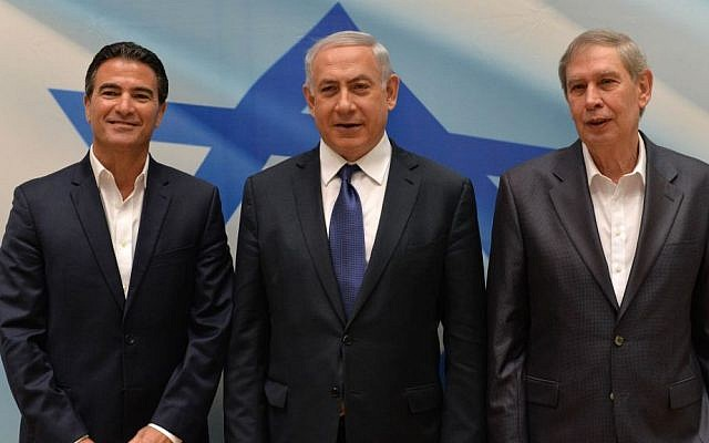 Prime Minister Benjamin Netanyahu (center) with outgoing Mossad director Tamir Pardo (right) and incoming director Yossi Cohen, at a ceremony for the newly appointed Mossad head, in Tel Aviv, on January 6, 2016. (Kobi Gideon/GPO)