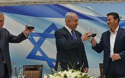 Prime Minister Benjamin Netanyahu toasts outgoing director of Mossad Tamir Pardo (L) and his successor Yossi Cohen, at a ceremony in Tel Aviv, on January 06, 2016. (Kobi Gideon / GPO)