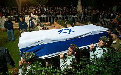 Israeli soldiers carry the carry the coffin of Cpt. Yishai Rosales, at the Mount Herzl military cemetery in Jerusalem, on January 7, 2016. Rosales died at a training exercise on an army base in southern Israel on Tuesday. (Yonatan Sindel/Flash90)