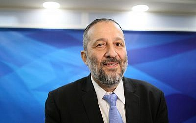 Interior Minister Aryeh Deri at the weekly cabinet meeting, Jerusalem, January 10, 2016. (Alex Kolomoisky/POOL)