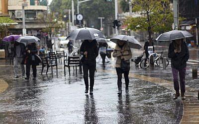 Rainstorm in Tel Aviv, January 3, 2016 (Esther Rubyan/Flash90)