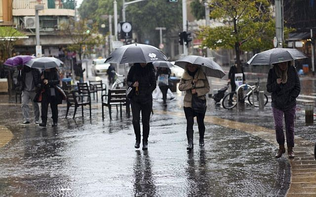 Rainstorm in Tel Aviv, January 3, 2016 (Esther Rubyan/Flash90)