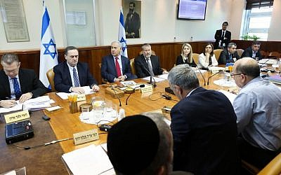 File: Prime Minister Benjamin Netanyahu, center, leads the weekly cabinet meeting at the Prime Minister's Office, Jerusalem, January 17, 2016. (Amit Shabi/Pool)