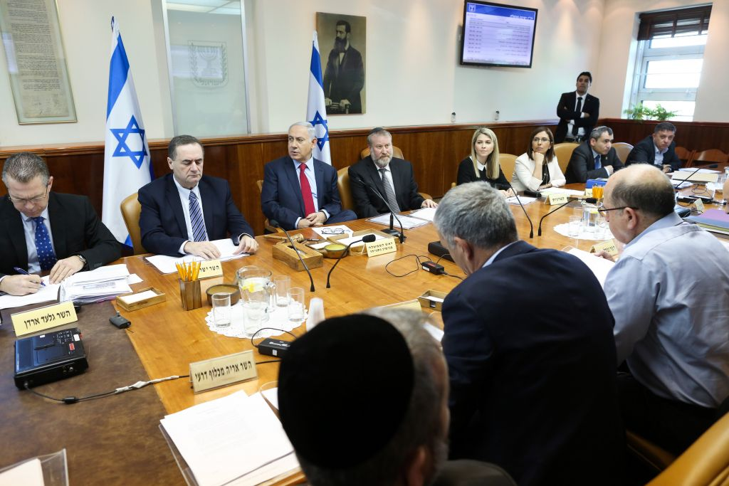 Prime Minister Benjamin Netanyahu, center, leads the weekly cabinet meeting at the Prime Minister's Office, Jerusalem, January 17, 2015. (Amit Shabi/POOL)
