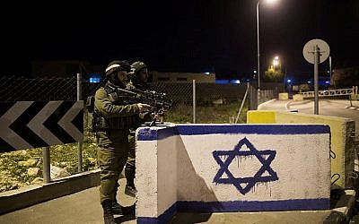 Israeli soldiers stand guard at a junction in the West Bank on January 17, 2015. (Yonatan Sindel/Flash90)