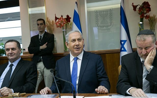 Prime Minister Benjamin Netanyahu leads the weekly cabinet meeting on January 24, 2016. (Ohad Zwigenberg/POOL)