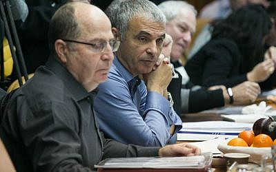 Defense Minister Moshe Ya'alon (left) and Finance Minister Moshe Kahlon at the weekly cabinet meeting at PM Netanyahu's office in Jerusalem on January 24, 2016. (Ohad Zwigenberg/POOL)